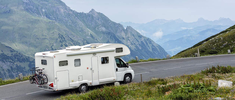 Camping-car en alcove avec amortisseurs renforcés dans les Alpes