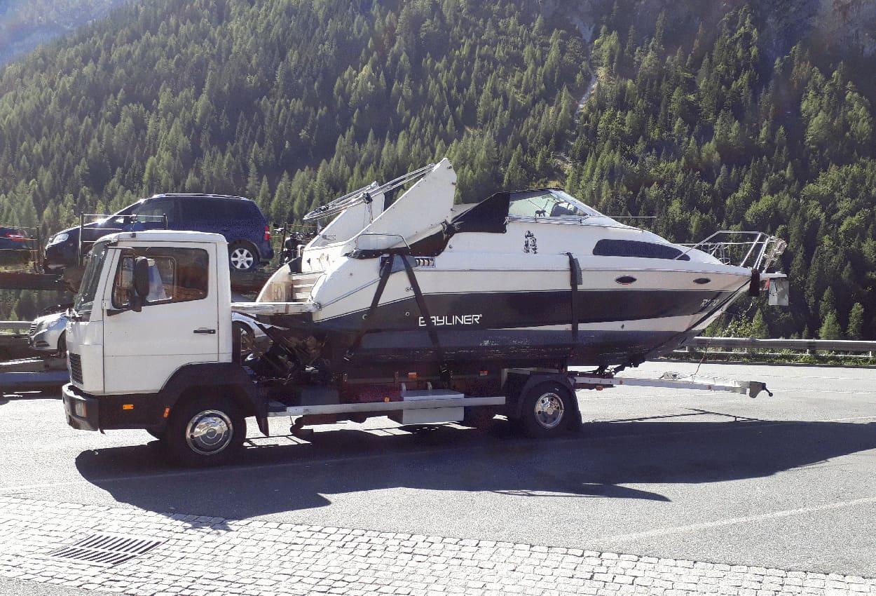 Mercedes Atego comme transporteur de bateaux avec des amortisseurs renforcés de Marquart