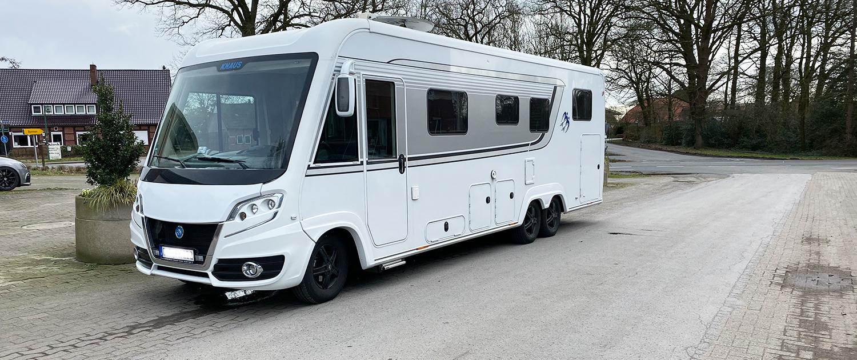 Camping-car à trois essieux avec empattement long et amortisseurs renforcés
